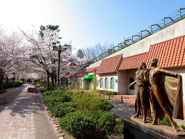 桜咲く「花のみち」と「ベルサイユのばら」の銅像